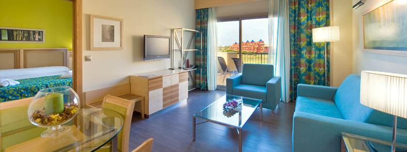 Suites for your perfect beach holiday with views of the sea or golf course at the Elba Costa Ballena