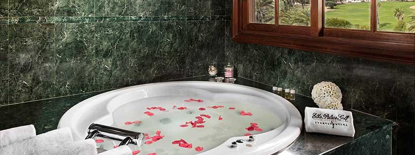 Bañera con bonitas vistas en la Suite del Hotel Elba Palace Golf