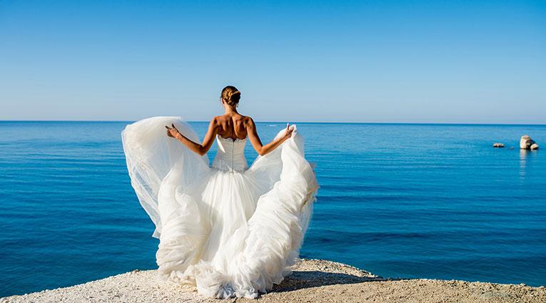 Novia mirando el mar mediterráneo Elba Sunset Mallorca