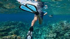 Persona buceando en aguas cristalinas