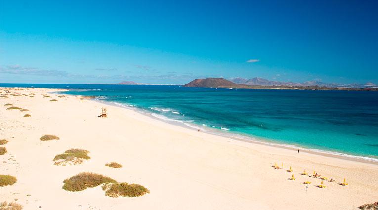 Vista de la playa con arena blanca