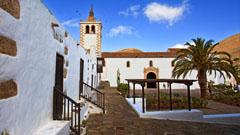 Vista calle y catedral en Fuerteventura