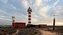 Faro con atardecer de fondo en la isla de fuerteventura