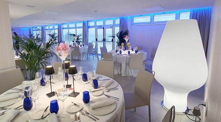 Detalle vista de salón con mesas montadas para banquetes