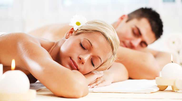 Pareja de huéspedes recibiendo un masaje relajante