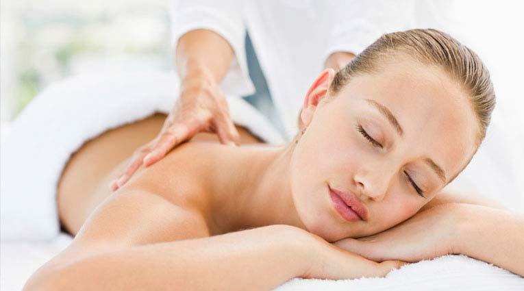 Huésped recibiendo un masaje relajante en el Thalasso Spa