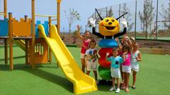 Pepe con niños en el parque infantil