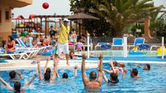 Clase de aquagym en la piscina