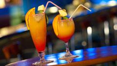 Cócteles preparados en el bar del hotel