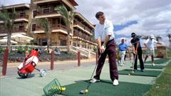Jugador entrenando en el club de golf
