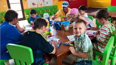 Niños dibujando en el miniclub