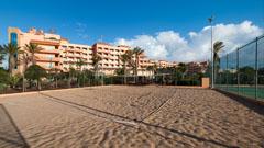Vista del hotel desde la cancha de voleibol de playa
