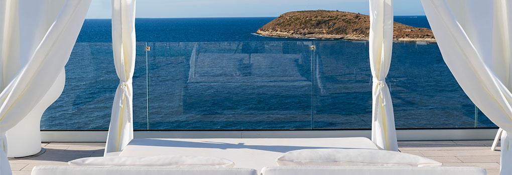 Cama balinesa en la zona de la piscina infinity