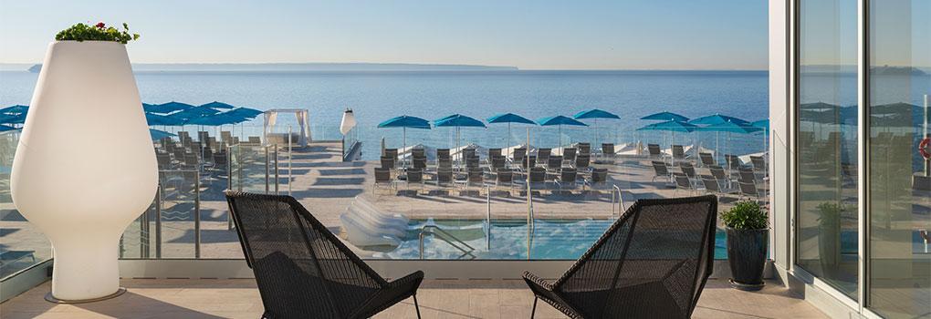 Terraza junto al lobby del hotel con vista a la piscina