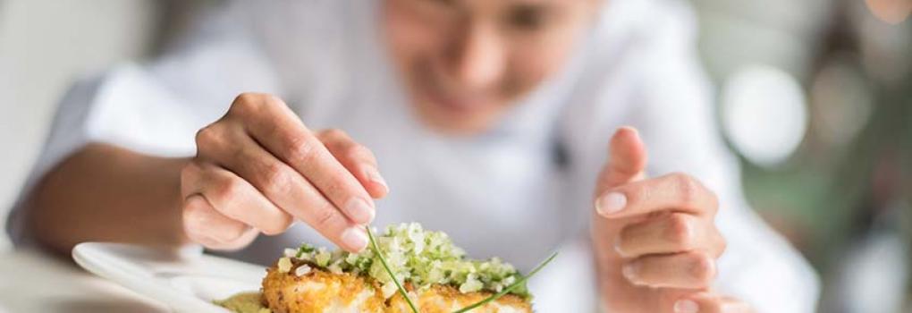 Chef emplatando en el Hotel Elba Madrid Alcalá