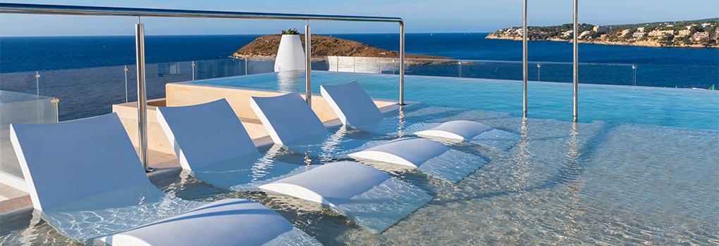 Tumbonas dentro de la piscina infinity