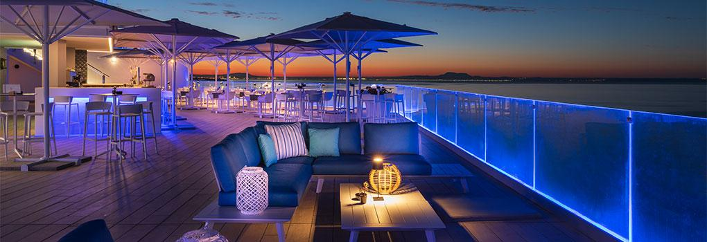 Vista atardecer mesas en la terraza del Restaurante The Bow