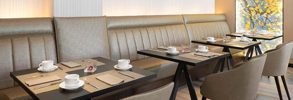 Mesas para desayunar en el buffet del hotel