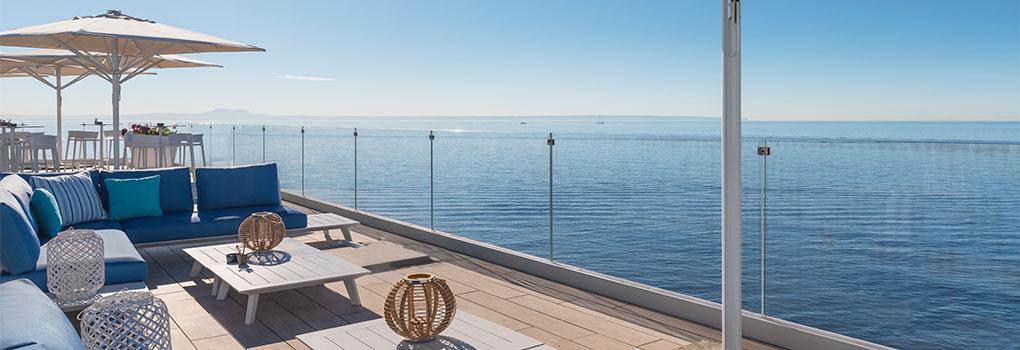 Terraza chillout con vistas al mar mediterráneo