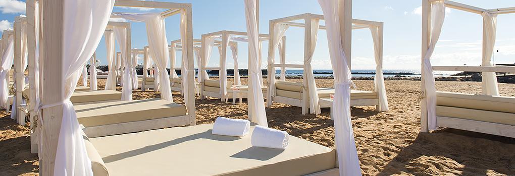Balinesischen Betten am Strand von Fuerteventura in Elba Carlota