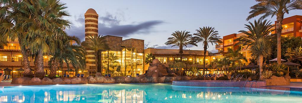 Vista nocturna de la piscina del Hotel Elba Carlota