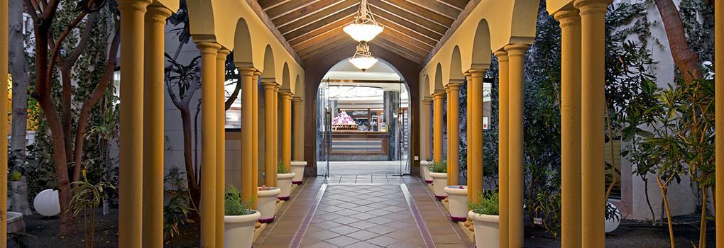 Vista de la recepción desde pasillo exterior