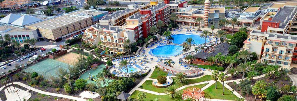 Vista aérea hotel y piscina Elba Carlota