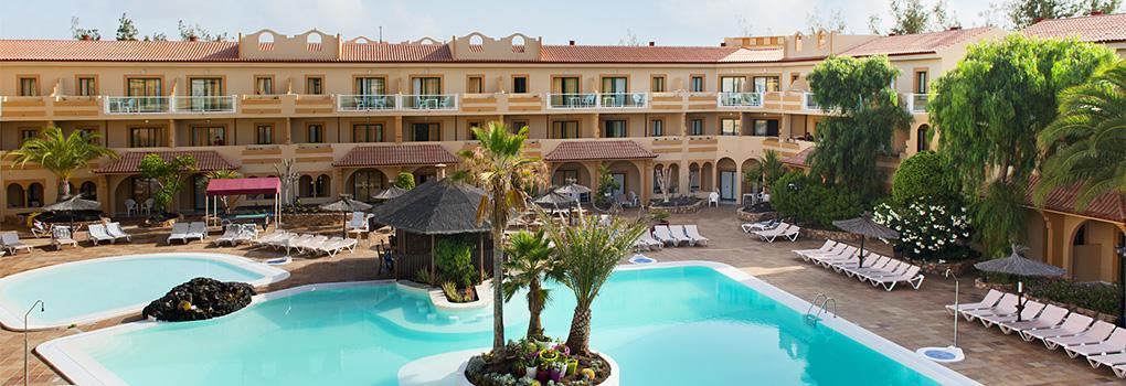 Vista de la piscina desde la segunda planta del hotel