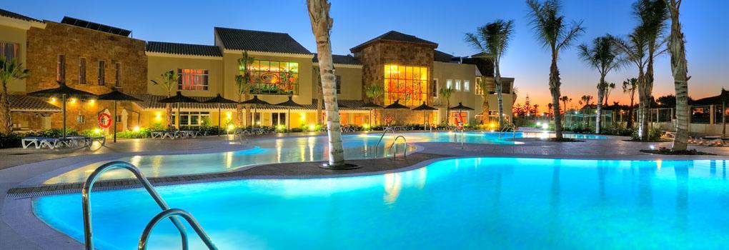 vista nocturna del Hotel Elba Costa Ballena