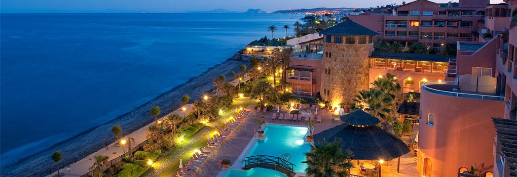 The hotel Elba Estepona with its gardens and pool lit at night