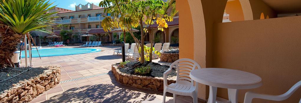 Vista de la piscina y zona exterior del hotel