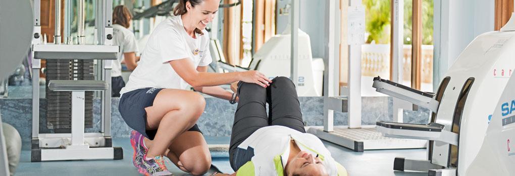 Personal trainner en el gimnasio del hotel