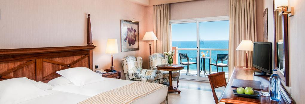 Amplia y luminosa habitación del Hotel Elba Estepona