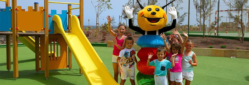Niños divirtiéndose con Pepe en el parque infantil del hotel