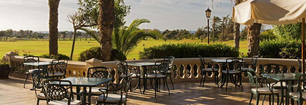 Terraza del Restaurante Hoyo 19 con vista al campo de golf