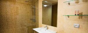 Espacioso baño en Elba Castillo San Jorge Antigua