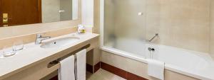 Vista del lavabo baño habitación doble Familiar