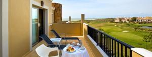 Disfrute de las magnificas vistas en las largas terrazas del  Elba Costa Ballena