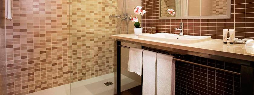 Baño de la habitación Hotel Elba Costa Ballena